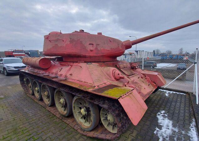 Růžový tank T 34/85 vlastněný obyvatelem Česka