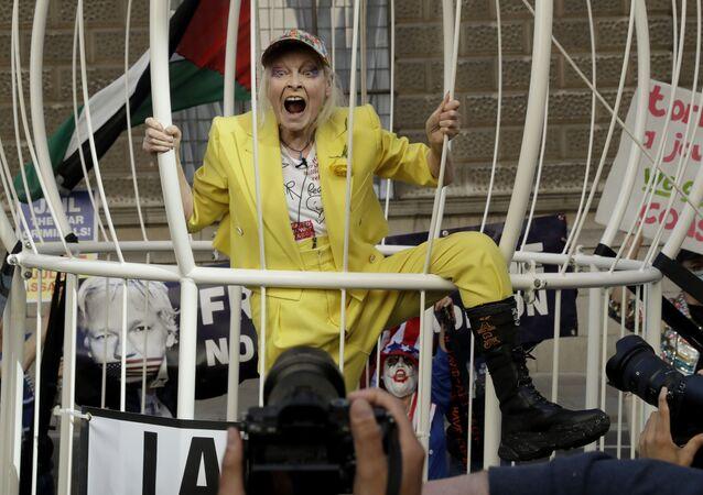 Návrhářka Vivienne Westwoodová v obrovské kleci na protestní akci proti vydání zakladatele WikiLeaks Juliana Assangea před budovou soudu Old Bailey v Londýně ve Velké Británii.