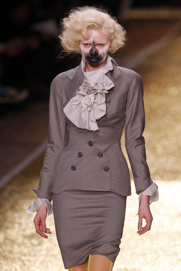 Modelka předvádí výtvor britské návrhářky Vivienne Westwoodové na módní přehlídce prêt-à-porter podzim-zima 2012 v Paříži. - Sputnik Česká republika