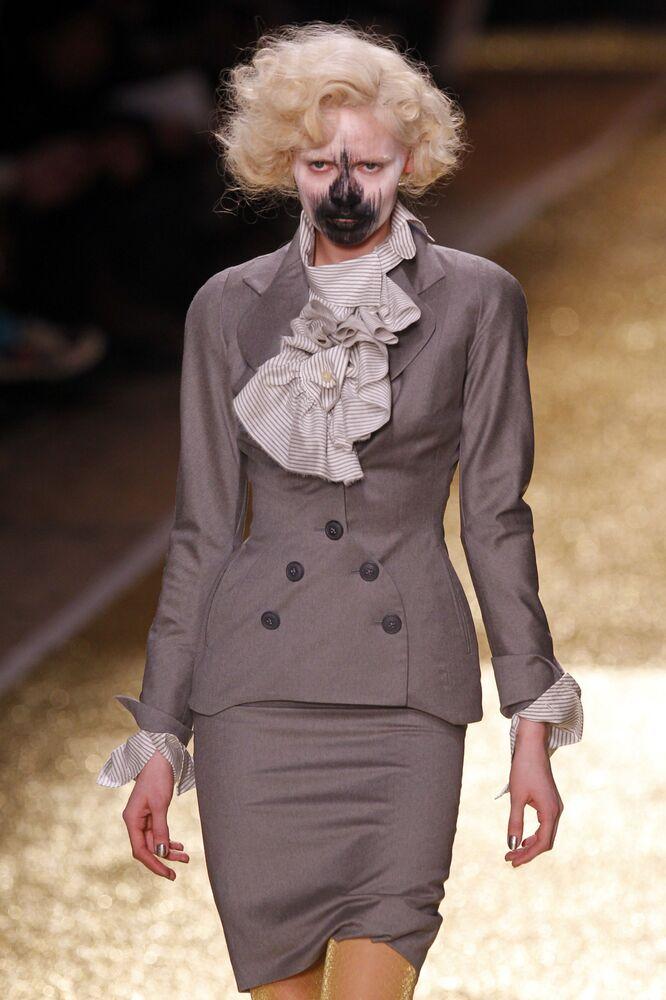 Modelka předvádí výtvor britské návrhářky Vivienne Westwoodové na módní přehlídce prêt-à-porter podzim-zima 2012 v Paříži.