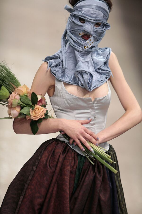 Ještě jedno dílo britské návrhářky, které bylo předvedeno v rámci její kolekce Ready to Wear jaro-léto 2011 v Paříži. - Sputnik Česká republika