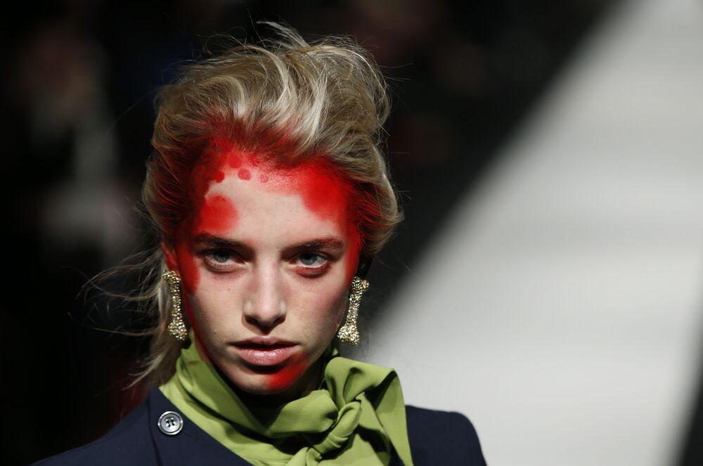 Ukázka práce návrhářky Vivienne Westwoodové na přehlídce Red Label podzim-zima 2015 na londýnském týdnu módy.