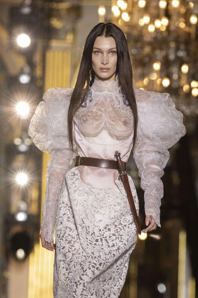 Modelka Bella Hadidová převádí návrhy Vivienne Westwoodové na týdnu ženské módy z kolekce podzim-zima 2020/21 v Paříži.