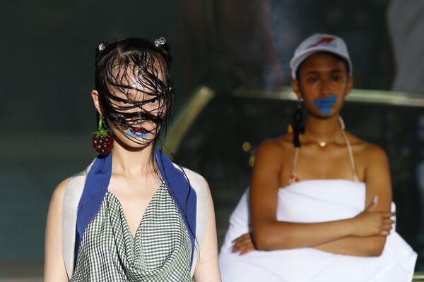 Modelky předvádějí modely z kolekce Vivienne Westwoodové prêt-à-porter jaro-léto 2018 na módní přehlídce v Paříži. - Sputnik Česká republika