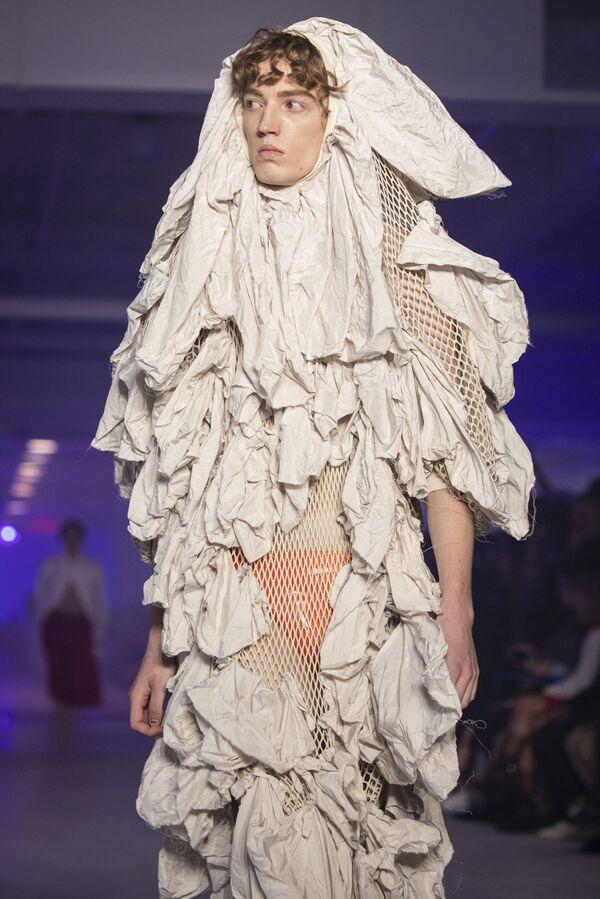Další extravagantní počin Vivienne Westwoodové na pařížském týdnu módy v roce 2019. - Sputnik Česká republika