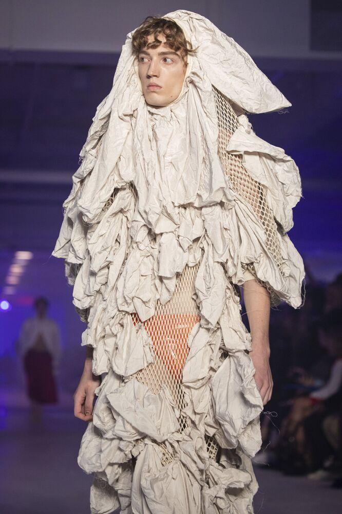 Další extravagantní počin Vivienne Westwoodové na pařížském týdnu módy v roce 2019.