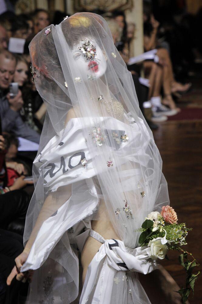 Modelka v extravagantním díle Vivienne Westwoodové z módní kolekce jaro-léto 2010, které bylo předvedeno v Paříži v roce 2009.