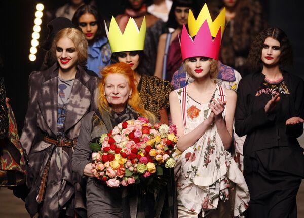 Britská návrhářka Vivienne Westwoodová obklopená modelkami na přehlídce své módní kolekce v Paříži v roce 2010. - Sputnik Česká republika
