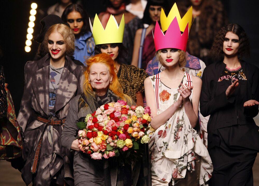 Britská návrhářka Vivienne Westwoodová obklopená modelkami na přehlídce své módní kolekce v Paříži v roce 2010.