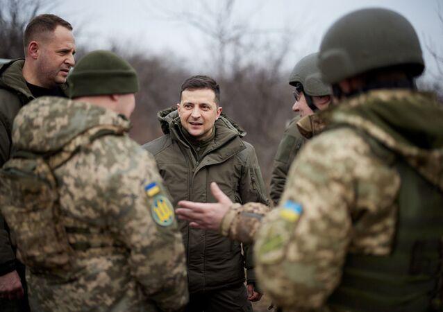 Prezident Ukrajiny Volodymyr Zelenskyj jedná s ukrajinskými vojáky