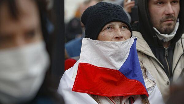 Žena s českou vlajkou během protestní akcí v Praze 28. října 2020 - Sputnik Česká republika
