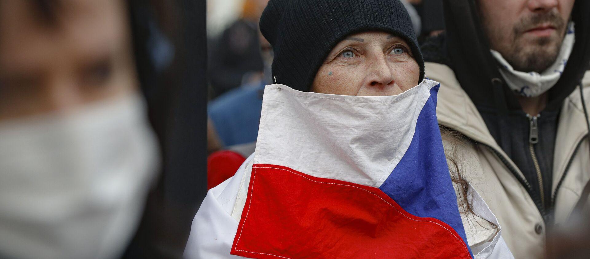 Žena s českou vlajkou během protestní akcí v Praze 28. října 2020 - Sputnik Česká republika, 1920, 10.04.2021