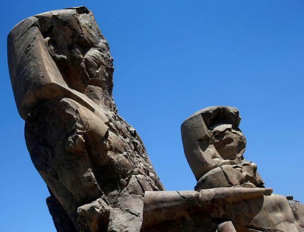 Město bylo postaveno za vlády Amenhotepa III., devátého faraóna slavné XVIII. dynastie, který vládl v letech 1391 až 1353 před naším letopočtem. Snímek zachycuje Memnonovy kolosy, ruiny dvou kamenných soch, které střežily nekropoli pro faraona Amenhotepa III. na západním břehu Luxoru v Egyptě. - Sputnik Česká republika