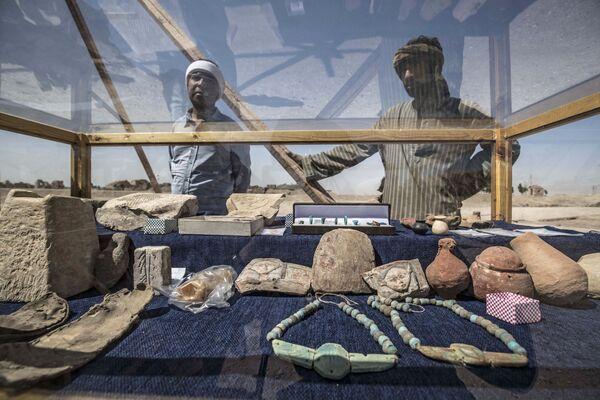 """Archeologové stojí vedle artefaktů, které se jim povedlo nalézt ve """"zlatém městě"""".  - Sputnik Česká republika"""