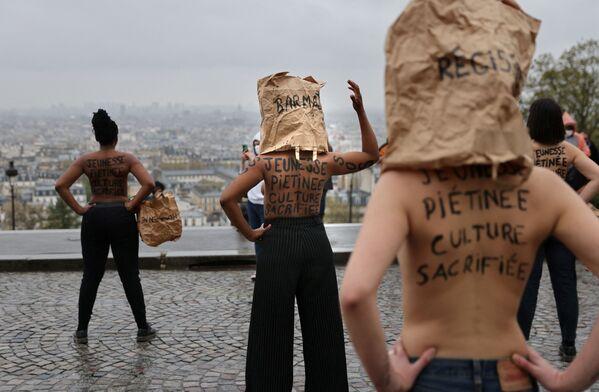 Demonstranti vystupují proti zavírání obchodů před bazilikou Sacre Coeur v Paříži - Sputnik Česká republika