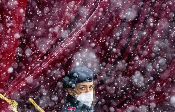 Policista během sněžení poblíž Grand Hotelu ve Vídni v Rakousku - Sputnik Česká republika