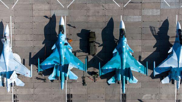 Фронтовые бомбардировщики Су-24, многоцелевые истребители Су-30СМ и истребители-бомбардировщики Су-34 на конкурсе Авиадартс-2021 - Sputnik Česká republika