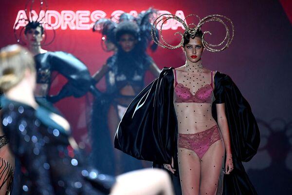 Modelka představuje tvorbu španělského designéra Andrese Sardy během týdne módy Mercedes Benz v Madridu - Sputnik Česká republika