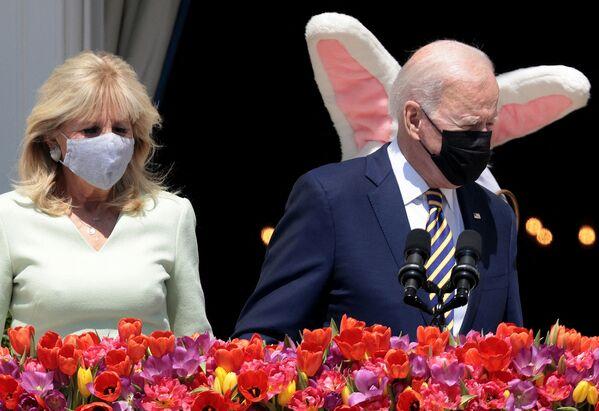 Americký prezident Joe Biden a první dáma Jill Bidenová s velikonočním zajíčkem v Bílém domě - Sputnik Česká republika