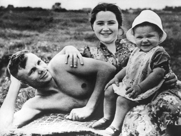 Kosmonaut Jurij Gagarin na pláži se svou rodinou. - Sputnik Česká republika