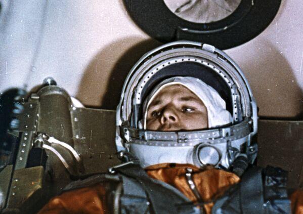 Kosmonaut Jurij Gagarin v kokpitu kosmické lodi Vostok 1 před startem. - Sputnik Česká republika