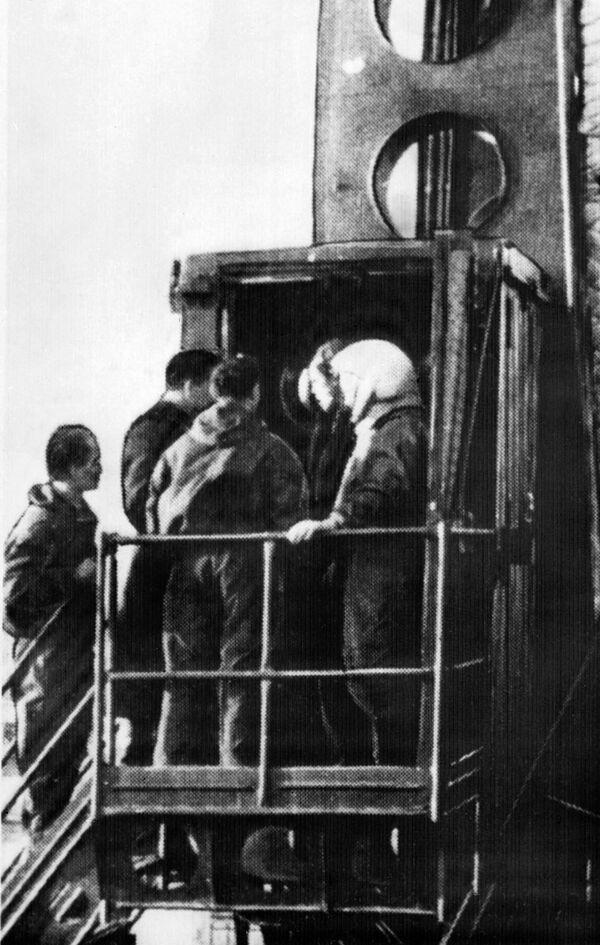 Kosmonaut Jurij Gagarin mezi inženýry před letem do vesmíru. - Sputnik Česká republika