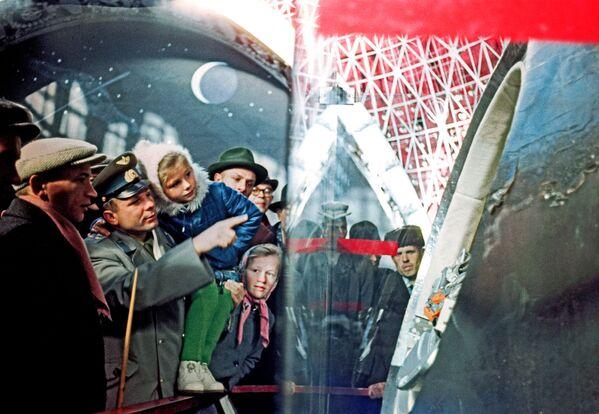 Sovětský kosmonaut Jurij Gagarin se svou dcerou Lenou při návštěvě expozice pavilonu Strojírenství (Vesmír) na Výstavě úspěchů národního hospodářství (VDNCh) v Moskvě. - Sputnik Česká republika