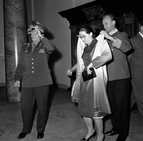 Kosmonaut Jurij Gagarin s manželkou v Kodani, Dánsko. - Sputnik Česká republika