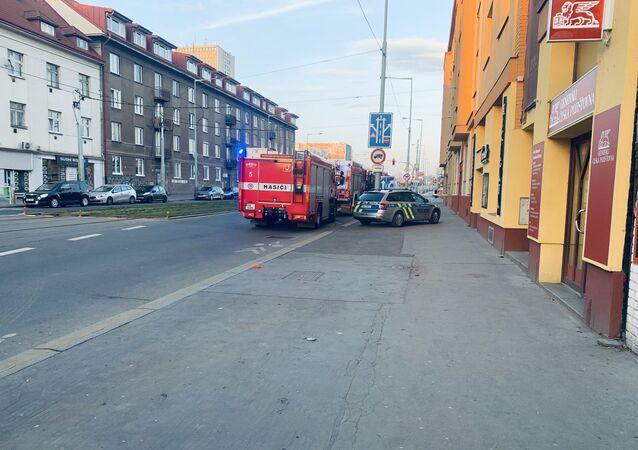 Hasiči a policie na místě požáru v Praze.