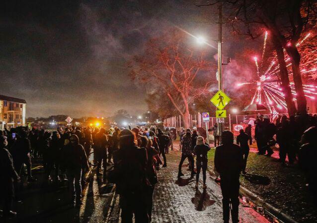Rabování, Národní garda a slzný plyn. Obyvatelé Minneapolisu vyšli do ulic poté, co policistka zastřelila černocha