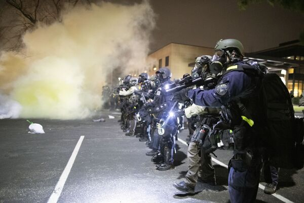 Policisté během protestu v centru Brooklyn Center v Minnesotě. - Sputnik Česká republika