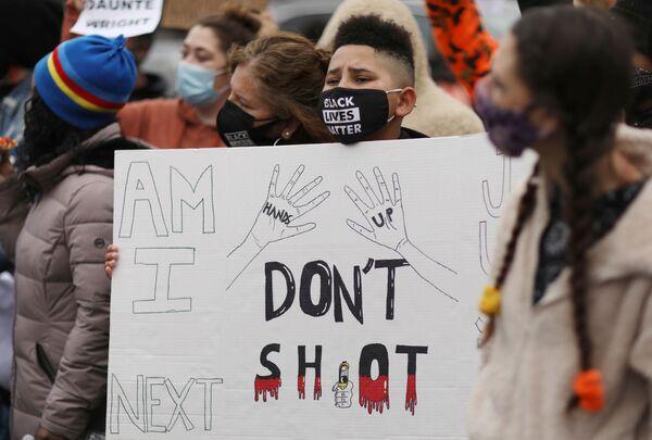 Demonstranti u policejní stanice v Brooklynském Center po vraždě Daunteho Wrighta. - Sputnik Česká republika