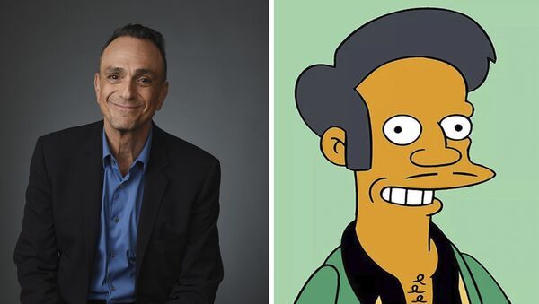 Herec Hank Azaria a postava ze seriálu Simpsonovi Apu Nahasapímapetilon - Sputnik Česká republika