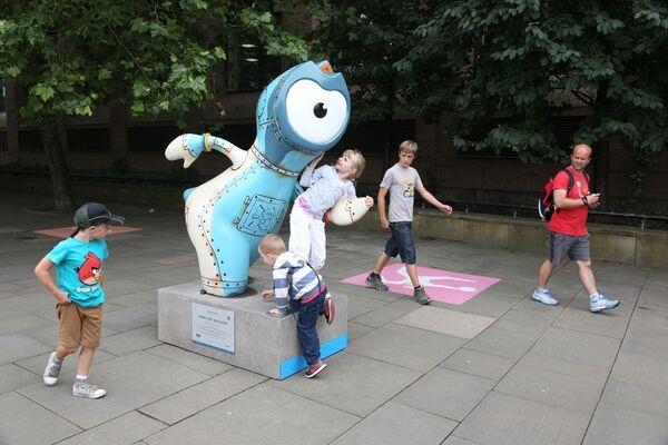 Maskot Letních olympijských her 2012 na ulici v Londýně. - Sputnik Česká republika