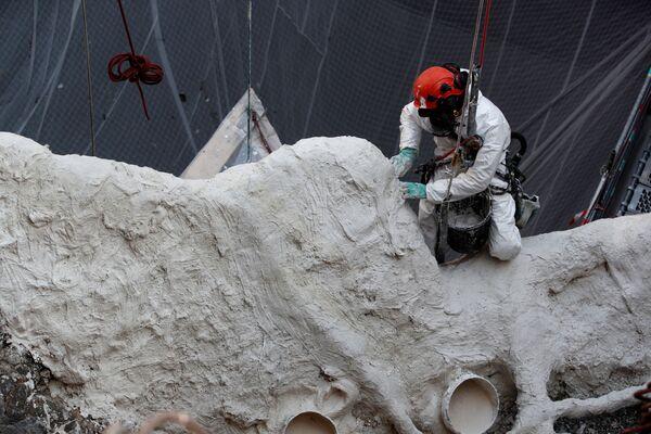 Pracovník při restaurování katedrály Notre Dame de Paris. - Sputnik Česká republika