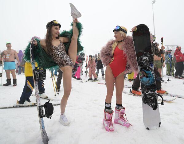 Karneval otevřel první lyžařský orchestr pod vedením hudební skupiny Megapolis Brass Band.  - Sputnik Česká republika