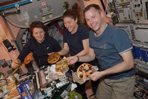 Astronauti si pochutnávají na pizze, připravené ve vesmíru. - Sputnik Česká republika