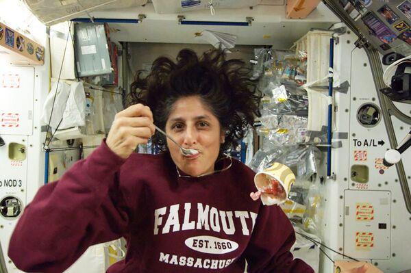 Americká astronautka Sunita Williamsová se zmrzlinou na palubě mezinárodní kosmické stanice.  - Sputnik Česká republika
