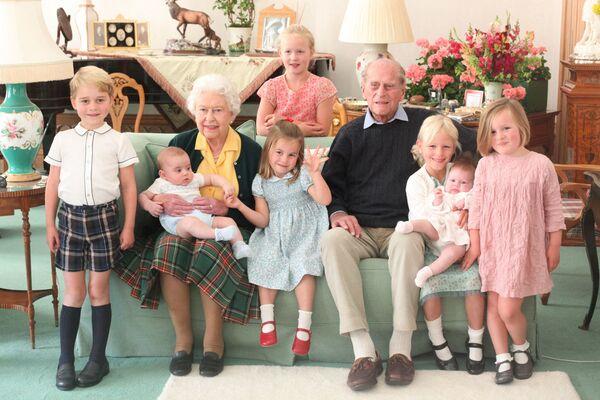Britská královna Alžběta II. s princem Phillipem a pravnuky. - Sputnik Česká republika