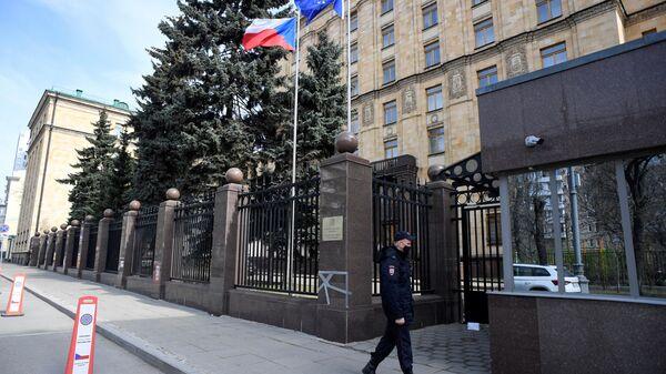 Сотрудник полиции у посольства Чехии в Москве - Sputnik Česká republika