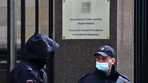 Сотрудники правоохранительных органов у здания посольства Чешской Республики в Москве - Sputnik Česká republika