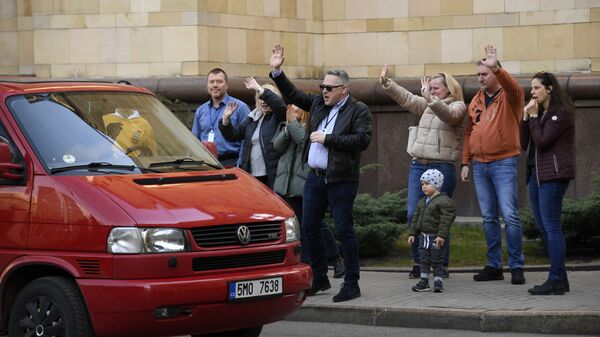 Чешские дипломаты и члены покидают посольство Чехии в Москве - Sputnik Česká republika