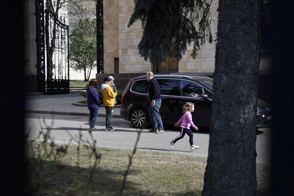 Čeští diplomaté a jejich rodinní příslušníci se připravují na opuštění území velvyslanectví země v Moskvě - Sputnik Česká republika