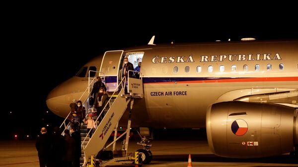 Чешские дипломаты, высланные из России, прибывают в аэропорт Праги - Sputnik Česká republika