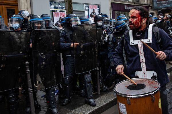 Protestující zraněný policistou během demonstrace proti zákonu o globální bezpečnosti ve Francii. - Sputnik Česká republika