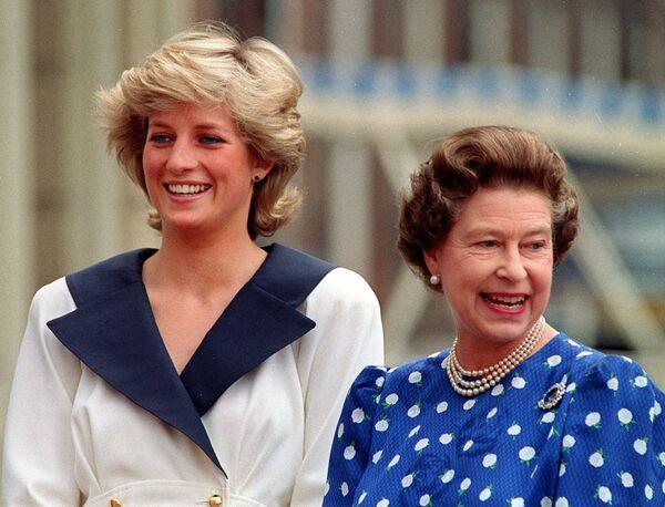 Princezna Diana a královna Alžběta II. se usmívají na příznivce. 4. srpna 1987. - Sputnik Česká republika