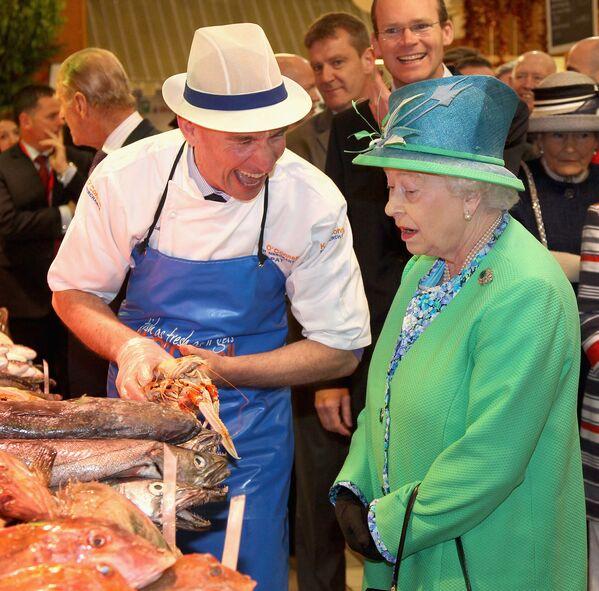 Královna Alžběta II. během návštěvy anglického tržiště z 18. století ve městě Cork. - Sputnik Česká republika
