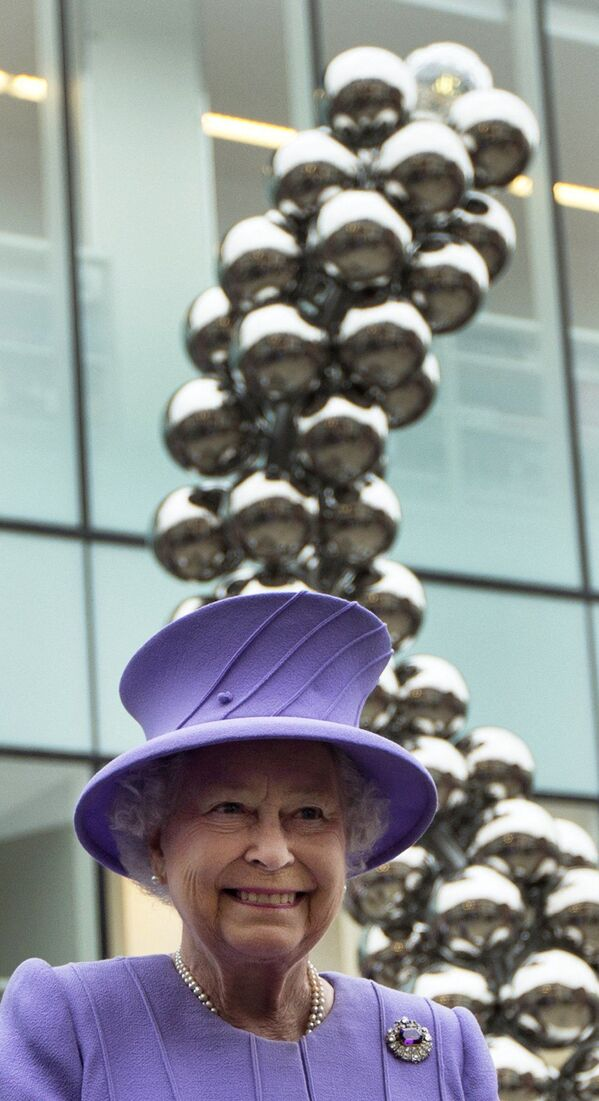 Britská královna s úsměvem na tváři v obleku fialkové barvy. - Sputnik Česká republika