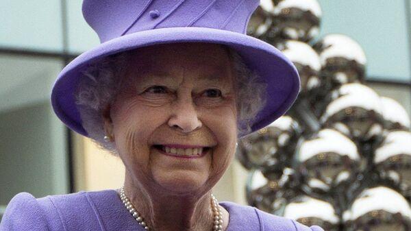 Britská královna s úsměvem na tváři v kostýmu fialkové barvy - Sputnik Česká republika