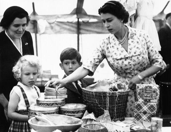 Britská královna při prodeji zboží poblíž zámku Balmoral ve Skotsku, 20. srpna 1955. - Sputnik Česká republika